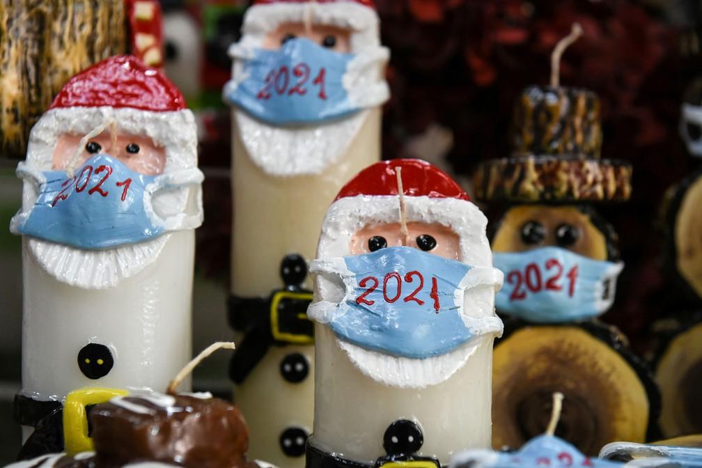 Velas natalinas com Papai Noel de máscara são exibidas na loja do fabricante de velas Alexis Gerakis, em Thessaloniki, Grécia — Foto: Alexandros Avramidis / Reuters