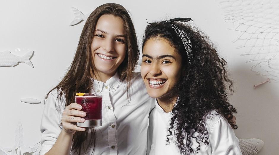 A bartender Julia Góes e a cozinheira Gabriela Balbo, autoras de itens do cardápio temporário do Suri Ceviche: participação nos lucros e liberdade para inventar (Foto: Juliana Frug)