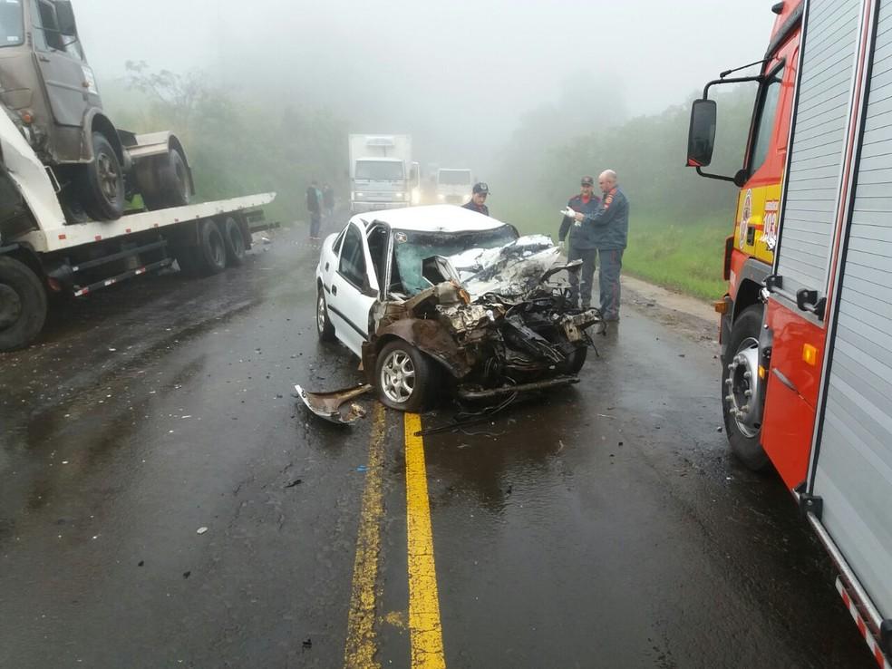Carro Vectra ficou destruído após batida frontal com caminhão em Guaraciaba na tarde desta sexta-feira (3). Motorista morreu no acidente. (Foto: PRF/Divulgação)