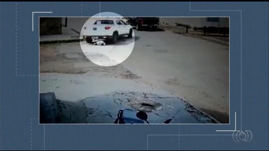 Idosa é atropelada e passa por um triz de ter cabeça atingida por roda de carro em Caiapônia; vídeo