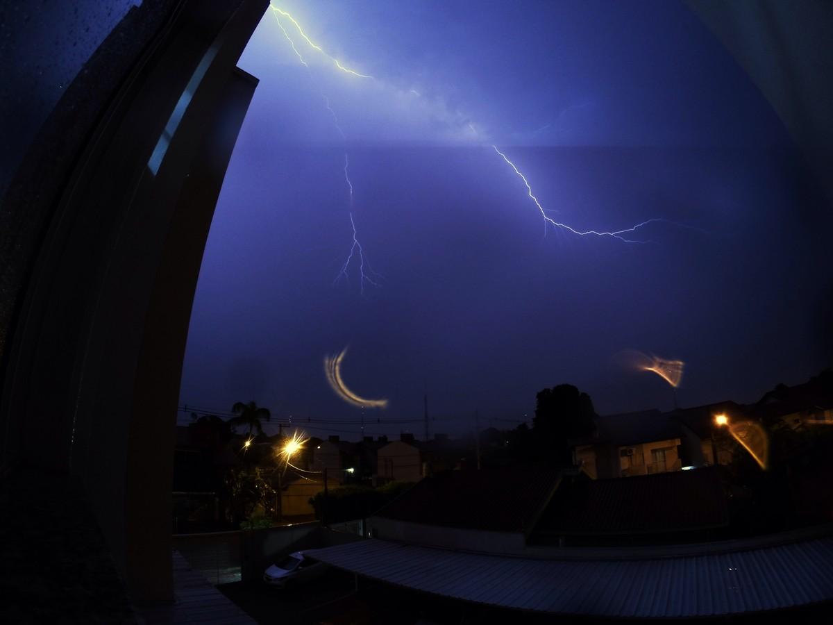 Meteorologia registra 359 raios durante noite chuvosa em Campo Grande
