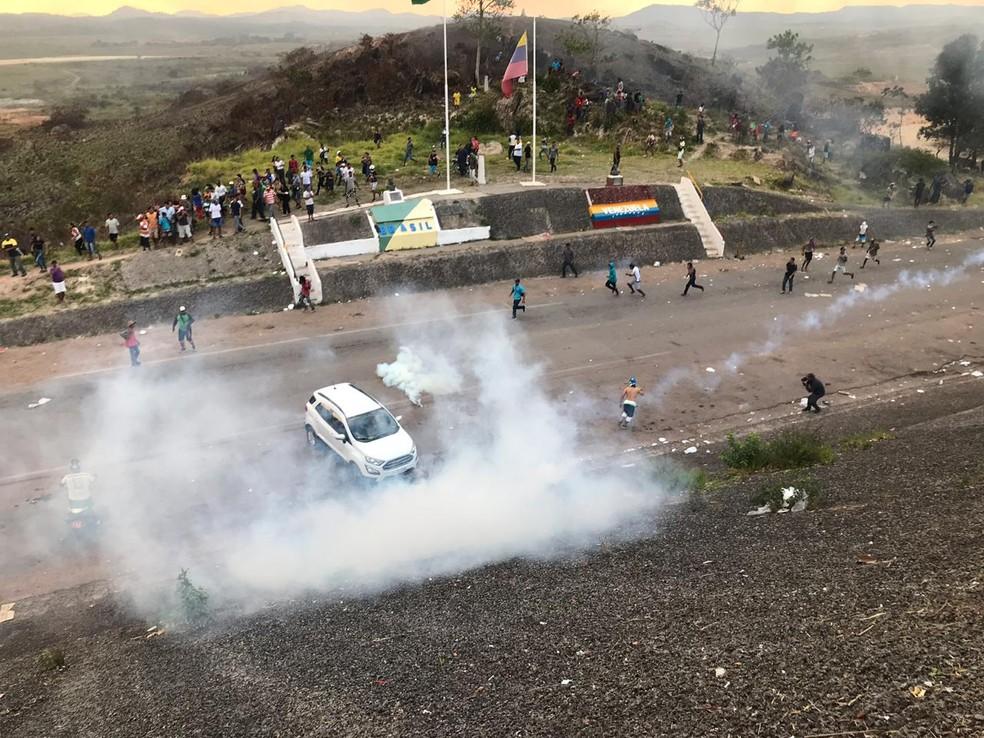 Bombas de gás lacrimogêneo são jogados em manifestantes na fronteira, em Pacaraima — Foto: Alan Chaves/G1 RR