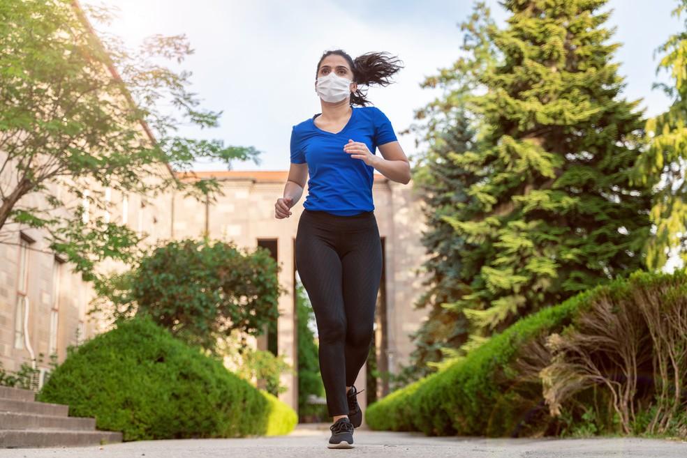 Máscaras de tecido de três camadas não atrapalham a performance  — Foto: Istock Getty Images