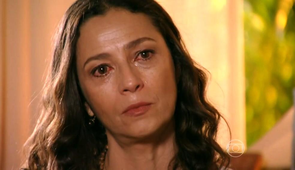 Bibiana (Cyria Coentro) diz que Juliano (Bruno Gissoni) deve contar o que sabe sobre Hélio (Raphael Vianna) na polícia - 'Flor do Caribe' — Foto: Globo