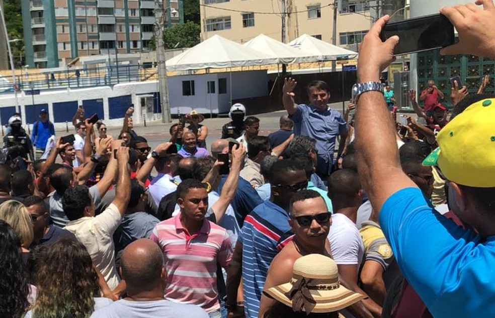 Bolsonaro visita Farol da Barra em Salvador — Foto: João Souza/G1