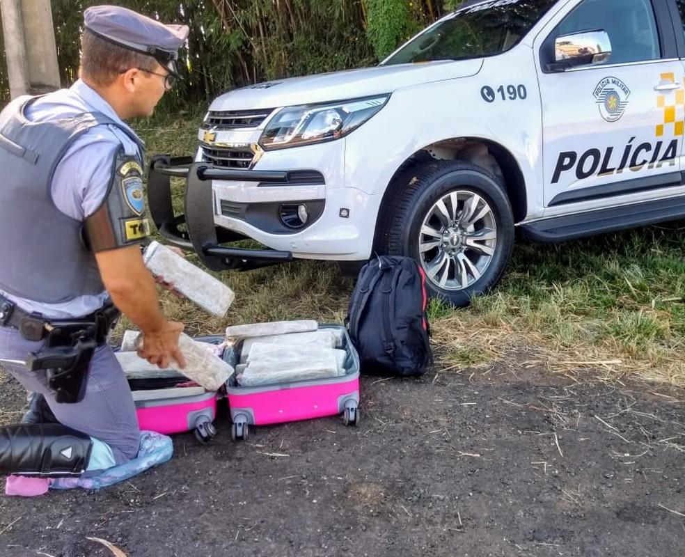 Jovem é detida com 16 tabletes de droga em mala em Santa Cruz do Rio Pardo — Foto: Polícia Rodoviária/Divulgação