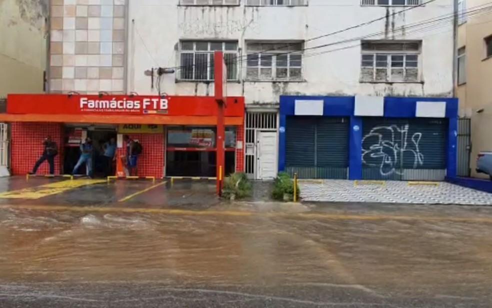 Rio Vermelho – Salvador tem chuva forte e pontos de alagamento — Foto: Júlio César Almeida/TV Bahia