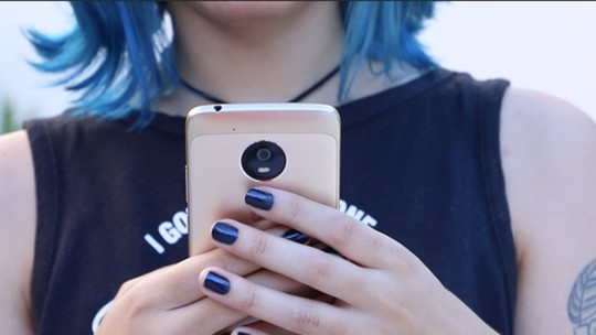 Cinco celulares intermediários com leitor de impressões digitais