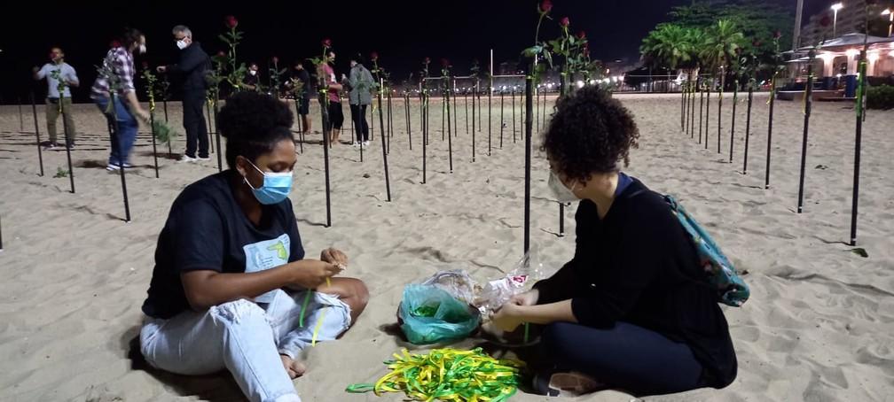 Montagem do roseiral em Copacabana começou ainda de madrugada — Foto: Reprodução