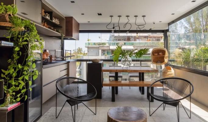 Apartamento dúplex tem piscina com jardim vertical e escada decorativa