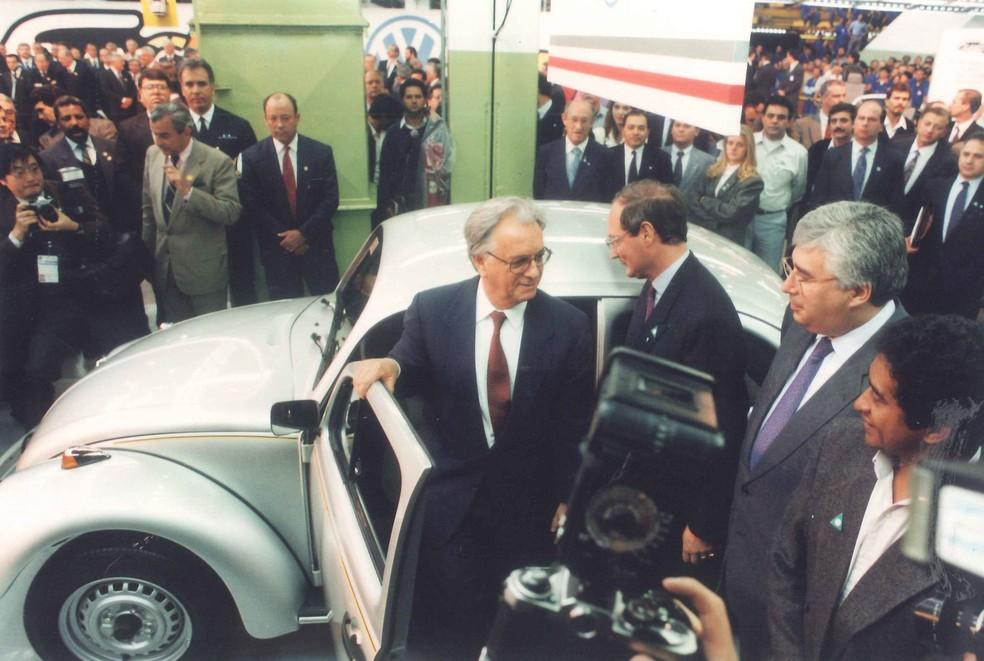 Presidente Itamar Franco ao lado do Fusca 1993; presidente sugeriu à Volkswagen voltar a produzir o modelo — Foto: Divulgação