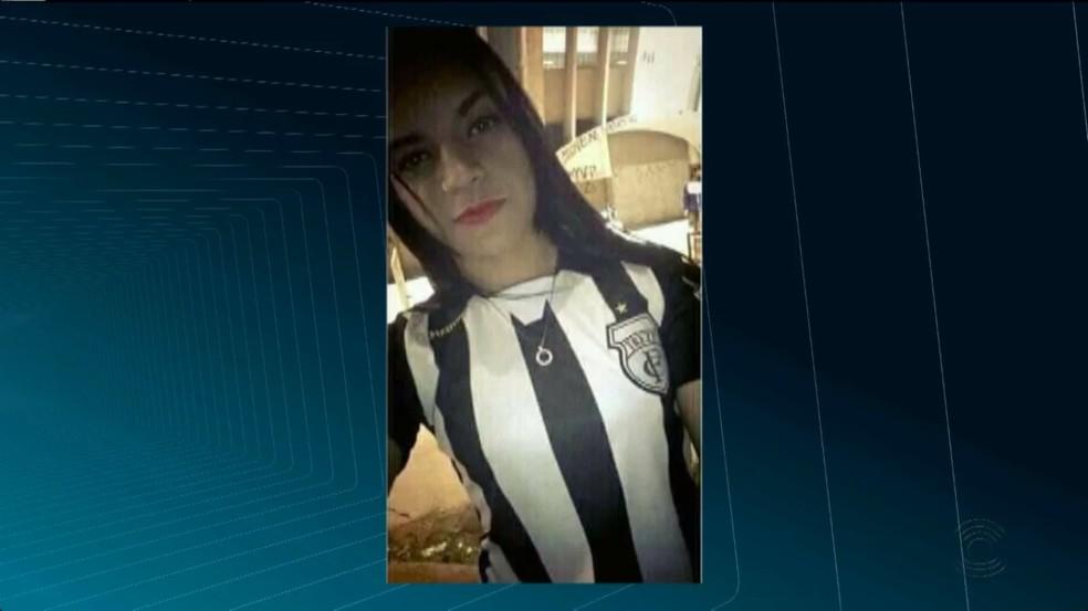 Jovem de 19 anos foi morta com três tiros em frente a casa onde morava, em Campina Grande.  (Foto: Reprodução/TV Paraíba)
