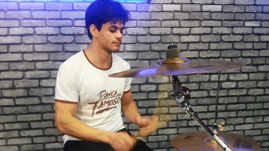 Lucas Veloso e Thiago Pereira dão show tocando bateria