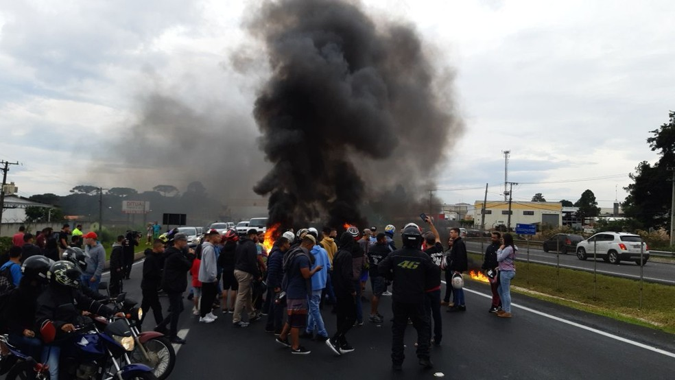 Grupo queimou pneus e fechou um dos sentidos da BR-277, no dia 21 de abril, em protesto contra a morte de Leandro — Foto: Divulgação/PRF