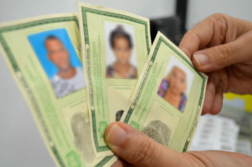 Carteiras de identidade, em imagem de arquivo (Foto: Fabiana Figueiredo/G1)