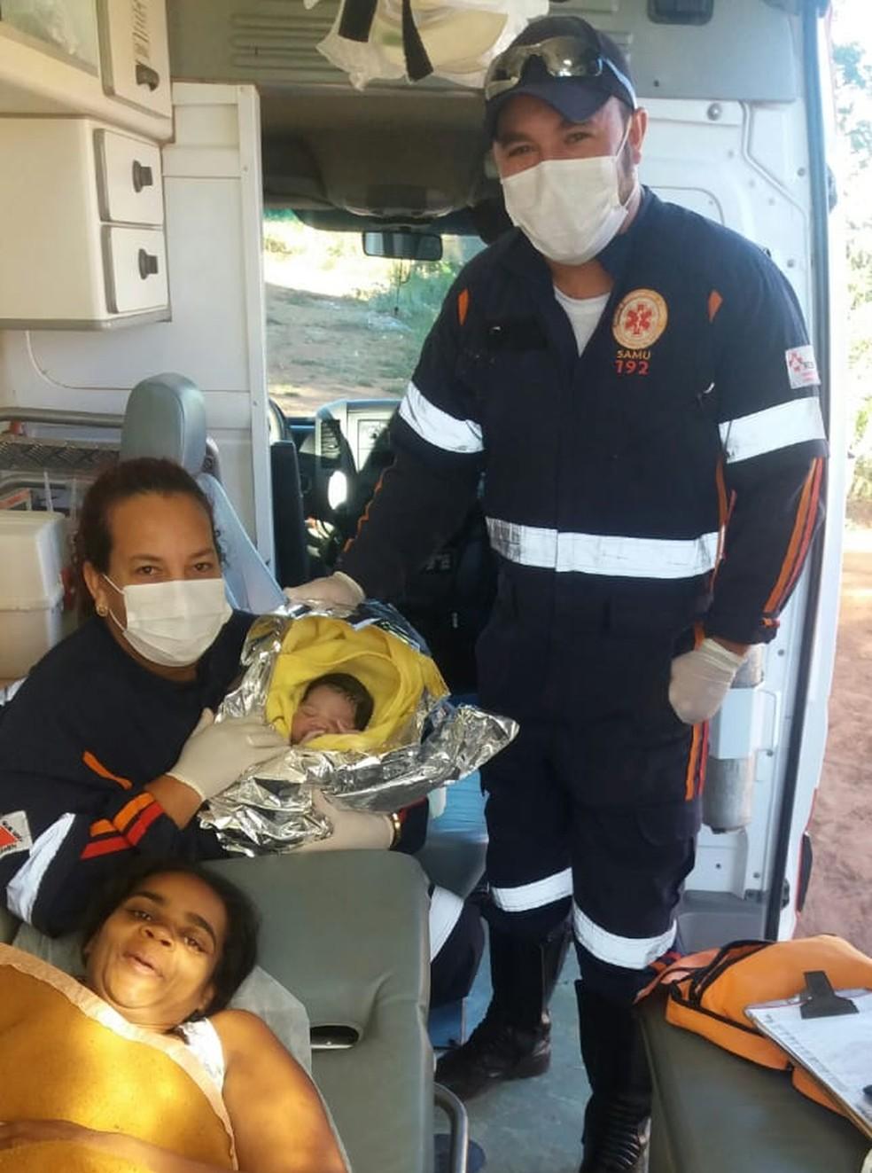 Socorristas do Samu encaminharam mãe e filho ao hospital de Coração de Jesus (Foto: Samu/ Divulgação)