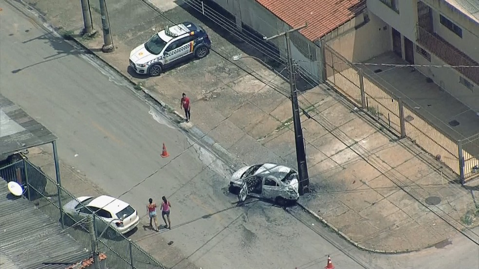 Carro batido em poste e queimado após tiroteio em Ceilândia, no DF — Foto: TV Globo/Reprodução