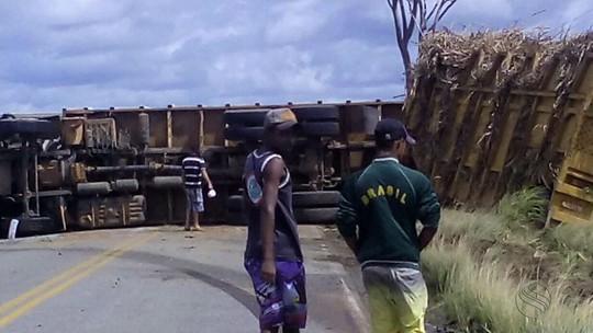 Acidente entre caminhonete e carreta deixa mortos em Japoatã