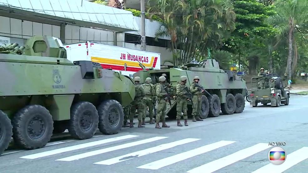 Tropas chegaram à comunidade da Rocinha por volta das 5h (Foto: Reprodução / TV Globo)