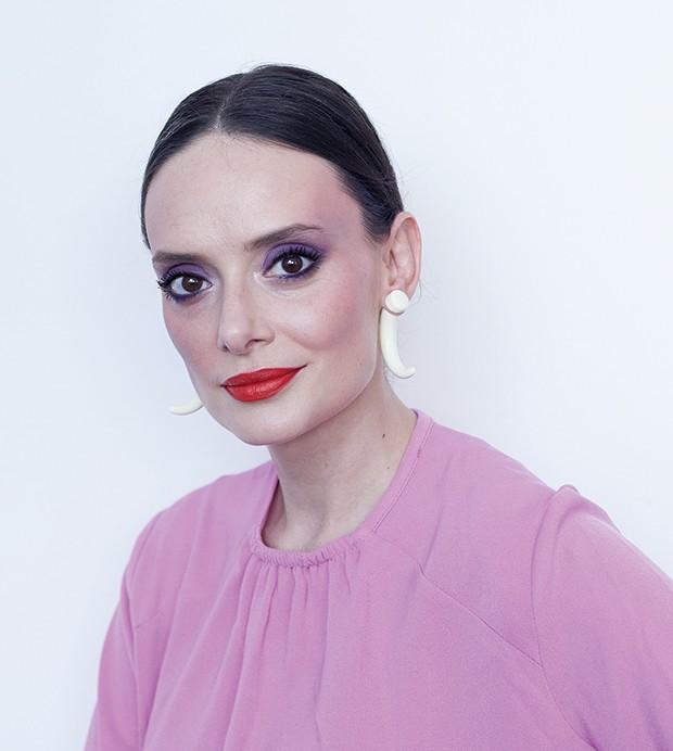 Esfumado roxo, blush pink e batom laranja para a vida real  (Foto: João Bertholini)