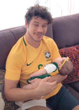 José Loreto com a filha prontos para torcer pelo Brasil (Foto: Reprodução Instagram)