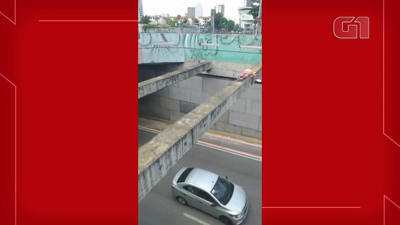 Homem foi resgatado após dormir em cima de viga sobre túnel em Fortaleza