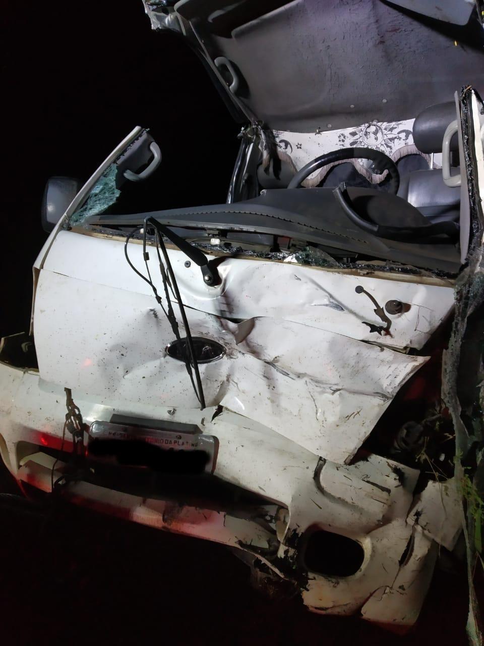 Uma pessoa morre e outra fica ferida após acidente entre carro e caminhão na PR-439