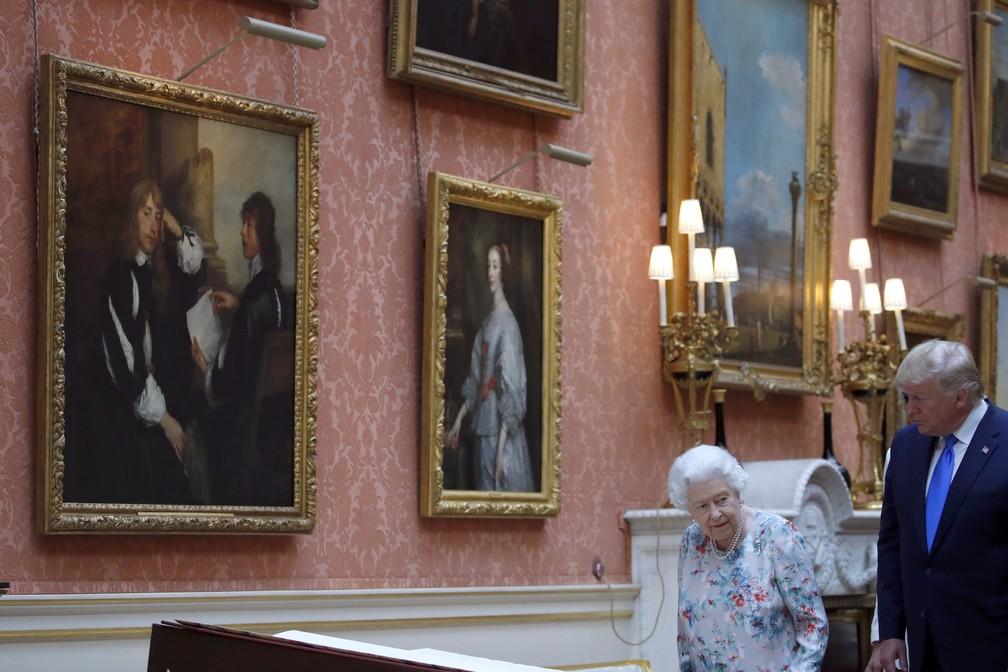 O presidente americano, Donald Trump, e a rainha Elizabeth no Palácio de Buckingham nesta segunda-feira (3). — Foto: Alex Brandon/AP