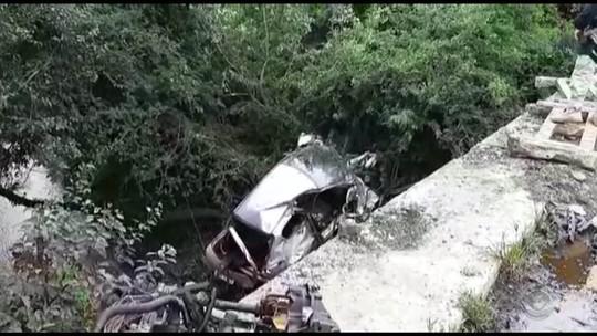 Mulher morre após veículo aquaplanar e cair de uma ponte na BR-290, em Cachoeira do Sul