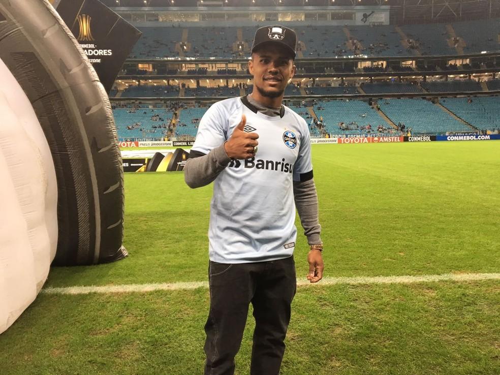9f3e6adc61f7e ... Douglas Costa recebeu camisa celeste do Grêmio — Foto  Grêmio    Divulgação