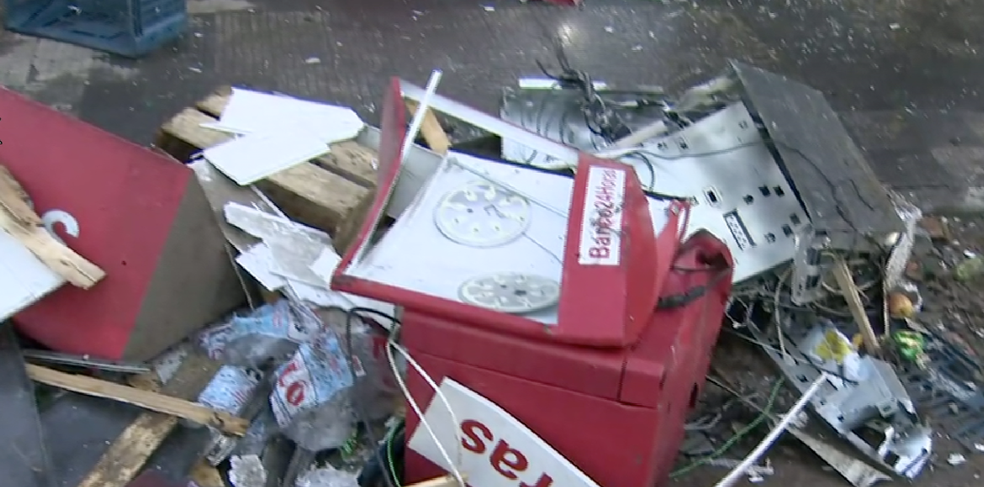 Bandidos explodiram caixa eletrônico na madrugada desta quarta-feira (7) no Distrito de São Silvestre, em Jacareí (SP) (Foto: Reprodução/TV Vanguarda)