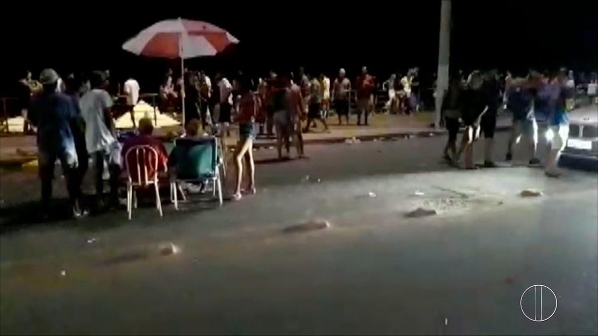 Vídeo flagra ambulantes ocupando rua e atrapalhando a passagem de carros na praia do Forte, em Cabo Frio, no RJ