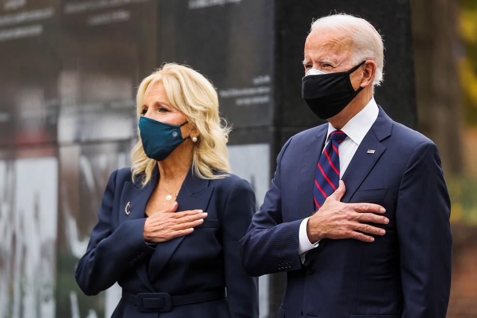 Joe Biden e sua mulher, Jill, em cerimônia do Dia dos Veteranos nos EUA, na cidade de Filadélfia, na Pensilvânia — Foto: Jonathan Ernst/Reuters