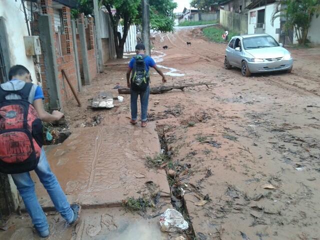 Moradores reclamam de buracos e lama em obras de drenagem na Zona Sul de Macapá