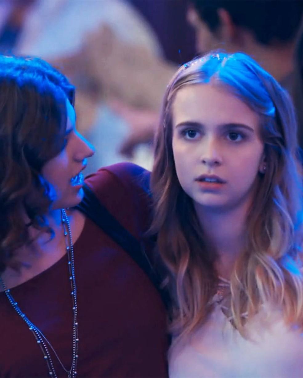 Clara (Isabella Scherer) desabafa com Samantha (Giovanna Grigio) em 'Malhação - Viva a Diferença' — Foto: Globo