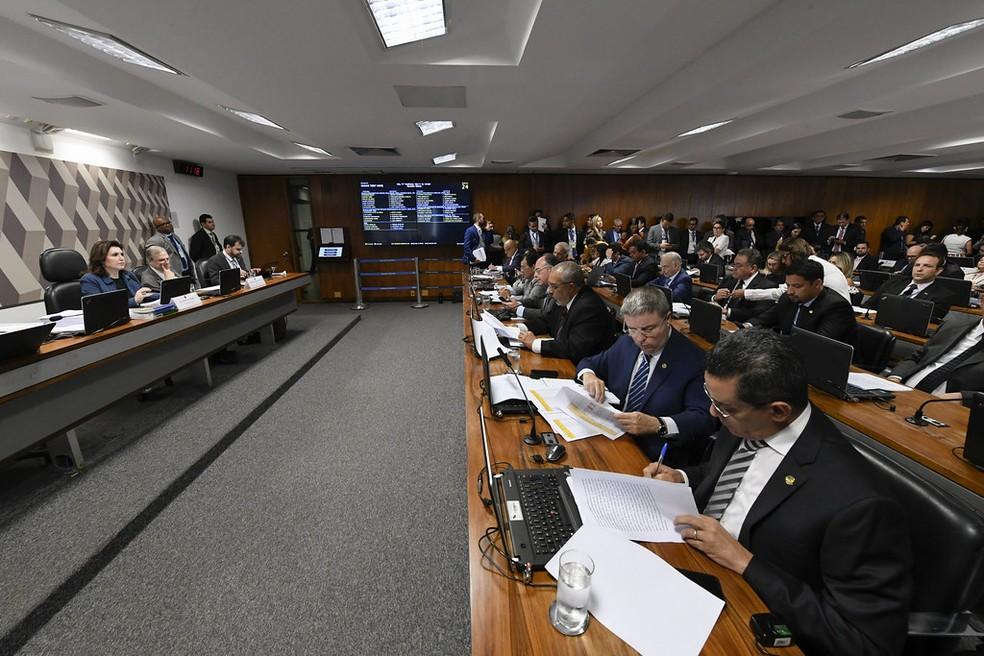 Plenário da CCJ do Senado durante votação que aprovou a PEC que permite a inclusão de estados e municípios na reforma da Previdência — Foto:  Edilson Rodrigues/Agência Senado