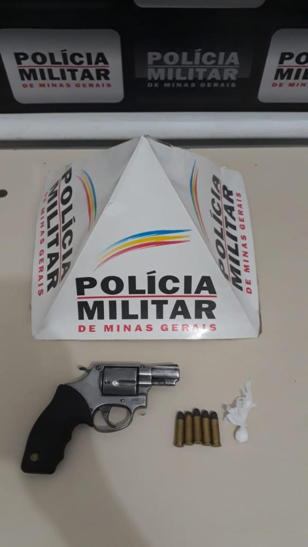 Arma de fogo calibre 38 foi apreendida com um jovem durante uma festa em Unaí — Foto: Polícia Militar/Divulgação