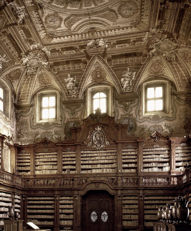 Biblioteca Statale Oratoriana dei Girolamini, em Nápoles, na Itália (Foto: Massimo Listri/ Taschen/ Reprodução)