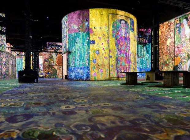 O Atelier des Lumières foi inaugurado em abril e já recebeu mais de 400 mil visitas (Foto: Deezen/ Reprodução)