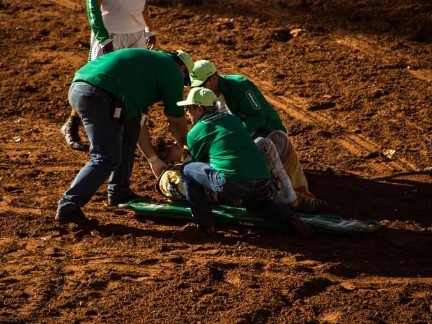 Peão recebe atendimento médico na Arena de Barretos (Foto: Mateus Rigola/G1)
