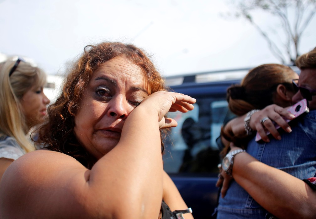 Apoiadora de Alan García chora na frente do hospital ao saber que o ex-presidente morreu — Foto: Guadalupe Pardo/Reuters