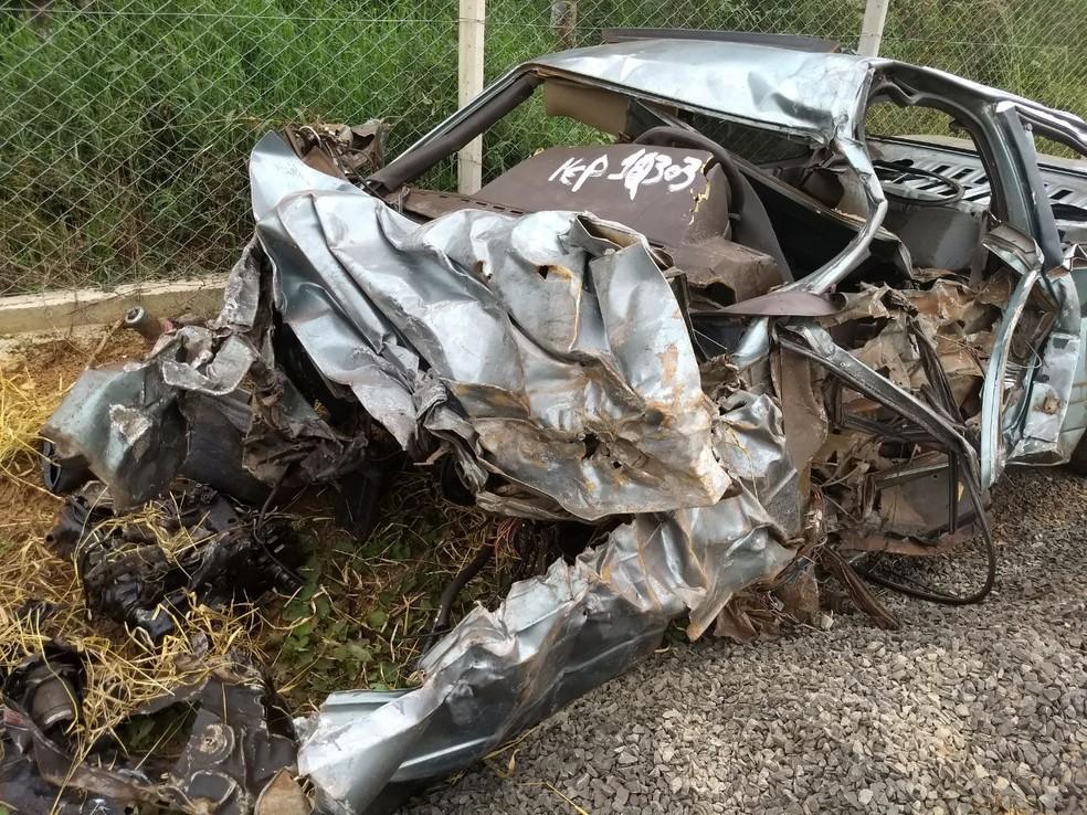 Carro ficou destruído; motorista e passageiro morreram (Foto: Wilson Kirsche/RPC)