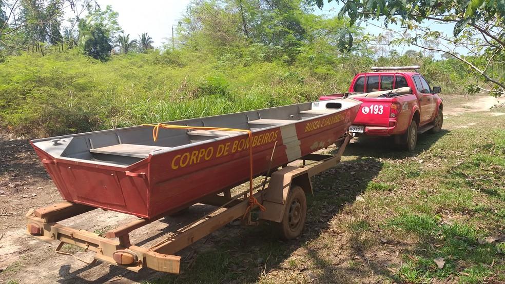 Bombeiros tentaram dar início aos trabalhos, mas nível baixo do rio dificultou. — Foto: Rede Amazônica/Reprodução