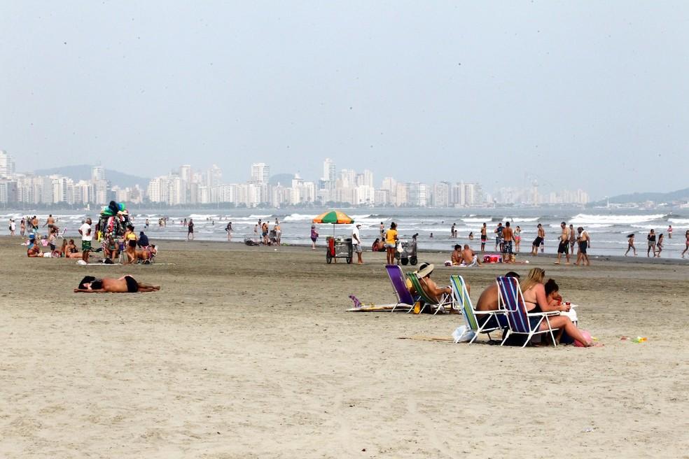 Banhistas instalam cadeiras de praia e cangas na orla de Santos — Foto: Alexsander Ferraz/Jornal A Tribuna