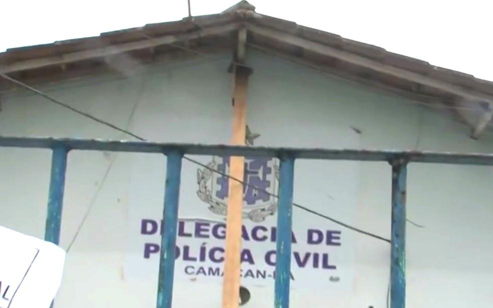 Parede da frente da delegacia de Camacan é sustentada por um pedaço de madeira (Foto: Reprodução/TV Santa Cruz)