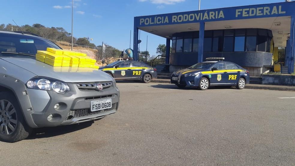Mais de 50 tabletes de cocaína pura foram apreendidas.  — Foto: Divulgação/Polícia Rodoviária Federal