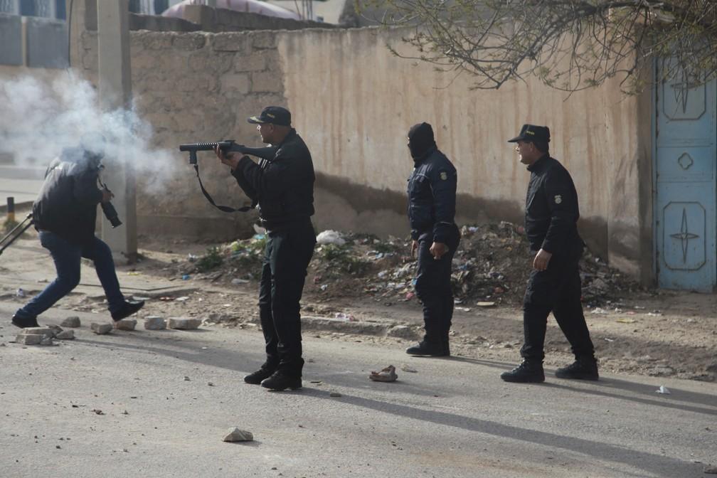 Manifestações após morte de jornalista terminam em confronto na Tunísia — Foto: Hatem Salhi/AFP