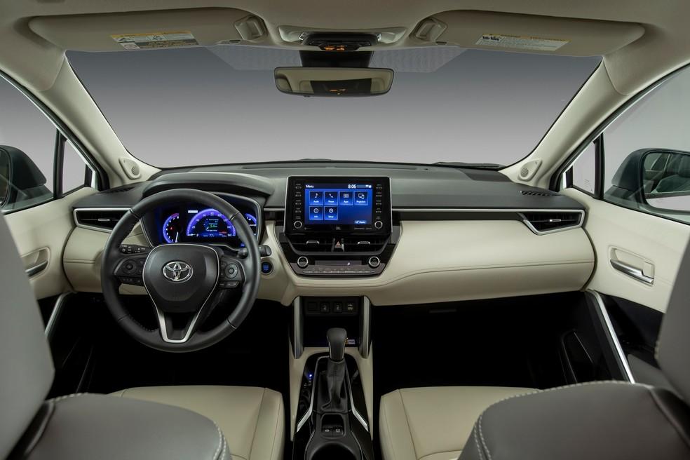 O SUV dos EUA apresenta um volante de três raios e detalhes metálicos na cabine.  — Foto: Divulgação