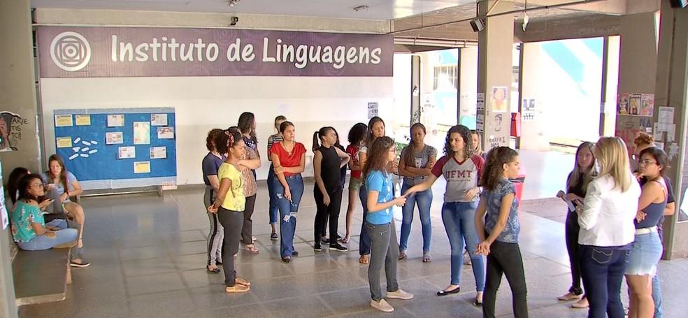 Universitários com problemas de audição têm dificuldades para compreender conteúdo e reclamam da falta de intérpretes na UFMT — Foto: TV Centro América