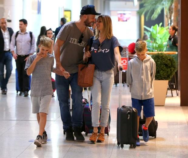Fernanda Lima e Rodrigo Hilbert com os filhos no aeroporto (Foto: André Freitas/AgNews)